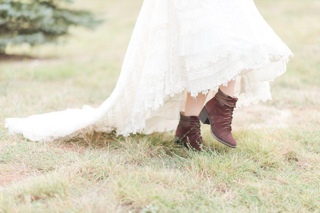 Colorado wedding at Spruce Mountain Ranch   Photos: Melissa Brielle Photography   Wedding dress: Danelle's Bridal Boutique